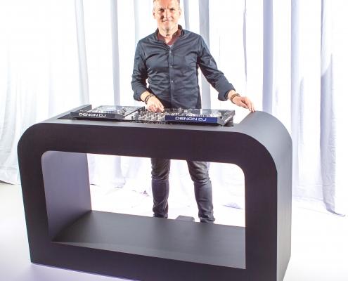 Verhuur van Mat Zwarte DJ Booth